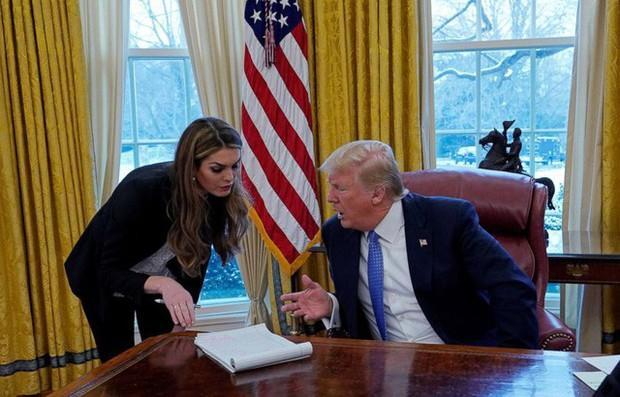 Mỹ nhân 29 tuổi làm giám đốc truyền thông Nhà Trắng vừa bất ngờ tuyên bố từ chức sau chưa đầy 5 tháng - Ảnh 2.