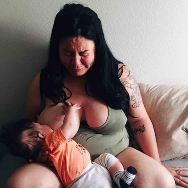 Chỉ bằng 1 bức ảnh, người mẹ này đã cho cả thế giới thấy trầm cảm sau sinh đáng sợ đến mức nào - Ảnh 1.