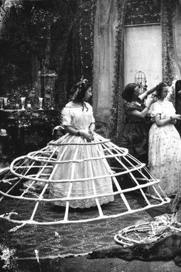 Từ chuyện chia tay vì nội y người yêu: Lịch sử đồ lót hơn 100 năm qua luôn có chỗ cho những chiếc... quần lót ren màu đỏ - Ảnh 1.