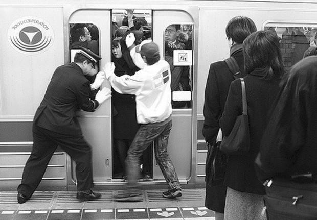 Những Oshiya hành nghề cực lạ ở Nhật Bản: Ngày làm việc 90 phút, công việc chỉ là nhồi càng nhiều khách lên tàu điện càng tốt - Ảnh 3.