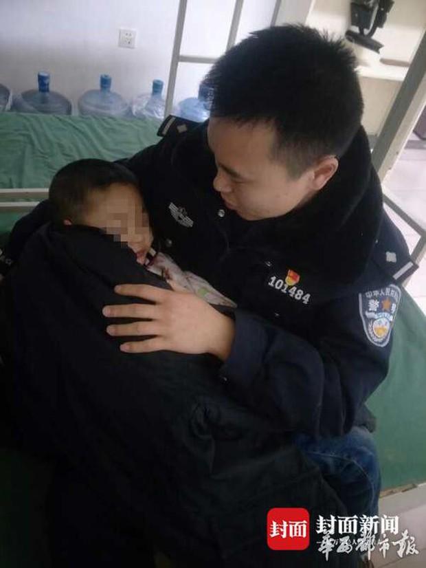 Mâu thuẫn gia đình, bà nội không muốn trông nên giữa đêm lạnh trói cháu trai vào gốc cây, bà ngoại âm thầm đi báo cảnh sát - Ảnh 3.