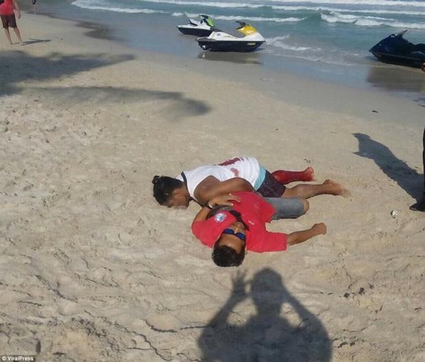 Thái Lan: Đấu súng trên bãi biển, du khách nháo nhào bỏ chạy - Ảnh 3.