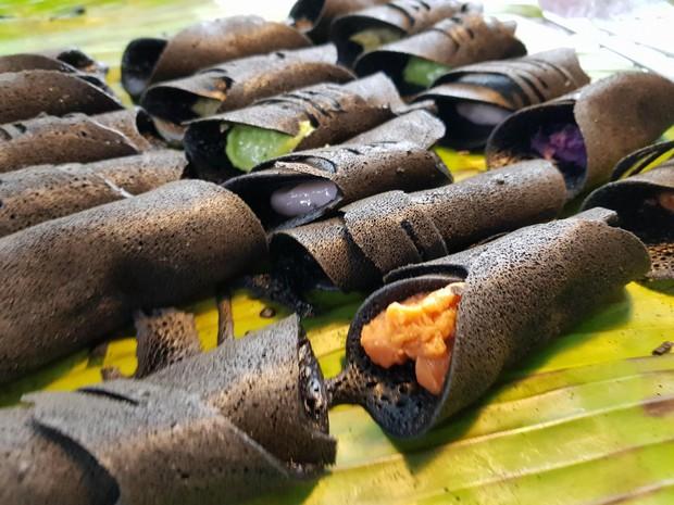 Chiêm ngưỡng món bánh đen xì nhưng cực đẹp mắt và thu hút vô số khách ở Thái Lan - Ảnh 1.