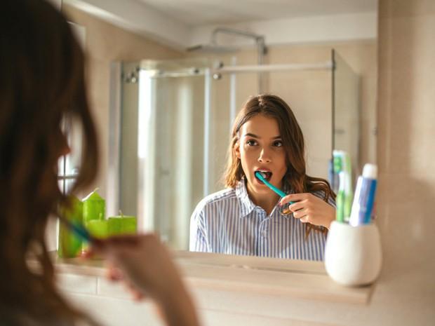 Chải răng tưởng chừng là việc đơn giản, ấy vậy mà hầu hết chúng ta vẫn mắc phải những lỗi này - Ảnh 1.