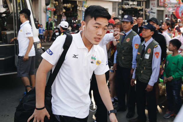 Hồng Duy Pinky và dàn sao U23 Việt Nam của HAGL tạo sức hút khó cưỡng trên sân Pleiku - Ảnh 2.