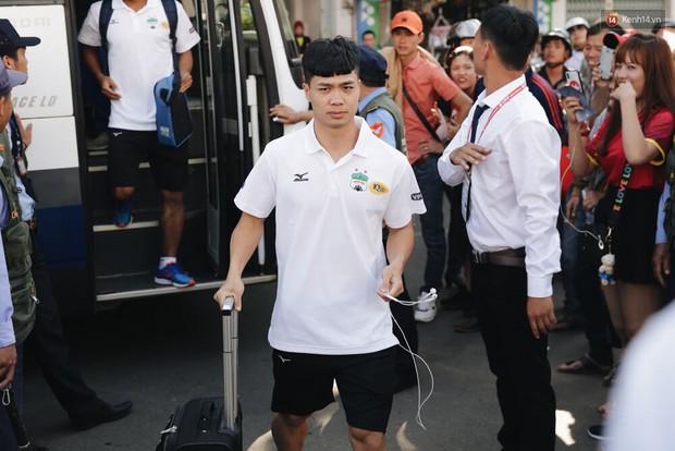 Hồng Duy Pinky và dàn sao U23 Việt Nam của HAGL tạo sức hút khó cưỡng trên sân Pleiku - Ảnh 3.