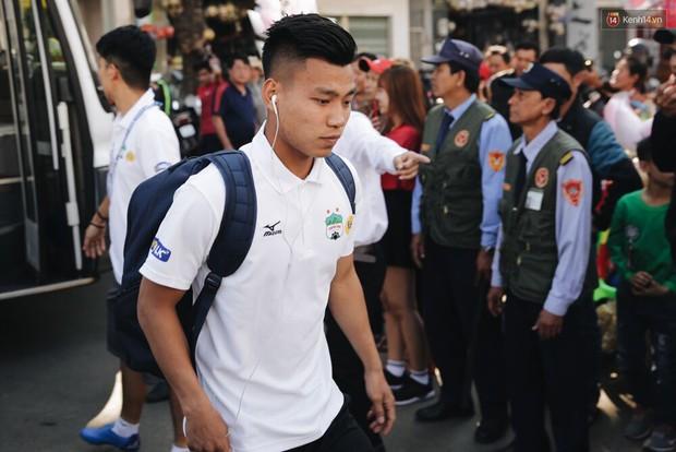 Hồng Duy Pinky và dàn sao U23 Việt Nam của HAGL tạo sức hút khó cưỡng trên sân Pleiku - Ảnh 4.