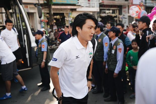 Hồng Duy Pinky và dàn sao U23 Việt Nam của HAGL tạo sức hút khó cưỡng trên sân Pleiku - Ảnh 5.