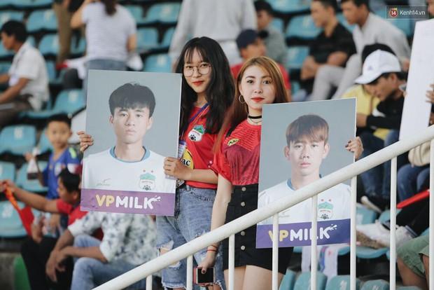 Hồng Duy Pinky và dàn sao U23 Việt Nam của HAGL tạo sức hút khó cưỡng trên sân Pleiku - Ảnh 9.