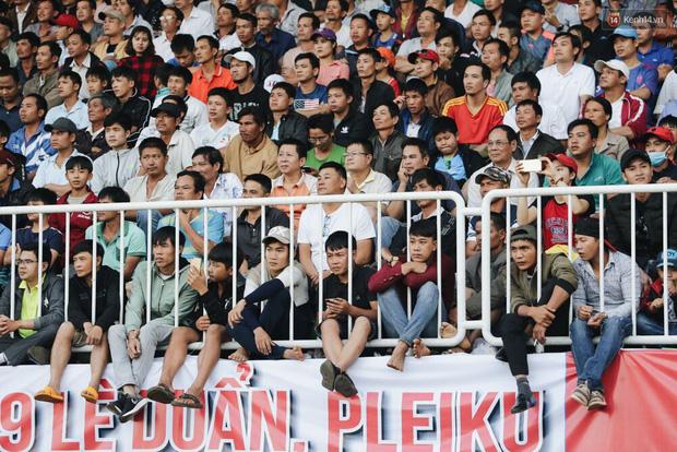 Hồng Duy Pinky và dàn sao U23 Việt Nam của HAGL tạo sức hút khó cưỡng trên sân Pleiku - Ảnh 12.