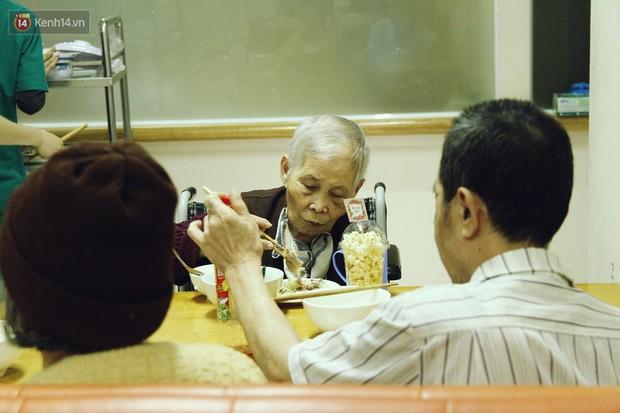 Đằng sau cánh cửa một viện dưỡng lão ở Hà Nội: Ừ thì, mình cứ vui hết mình thôi! - Ảnh 4.