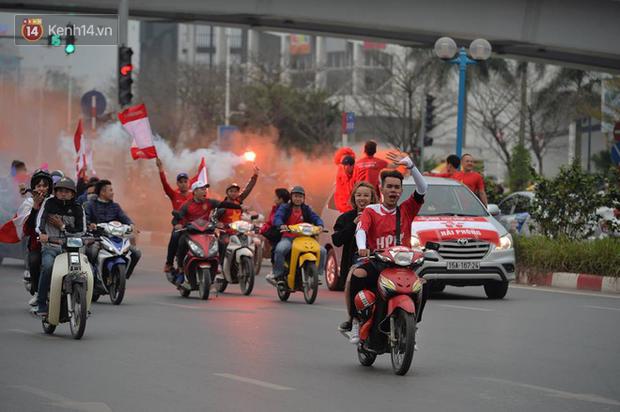 Fan Hải Phòng đốt pháo sáng, nhuộm đỏ đường phố Hà Nội trên đường tiến về sân Hàng Đẫy - Ảnh 4.