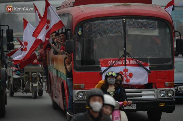 Fan Hải Phòng đốt pháo sáng, nhuộm đỏ đường phố Hà Nội trên đường tiến về sân Hàng Đẫy - Ảnh 10.
