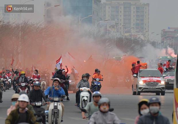 Fan Hải Phòng đốt pháo sáng, nhuộm đỏ đường phố Hà Nội trên đường tiến về sân Hàng Đẫy - Ảnh 3.