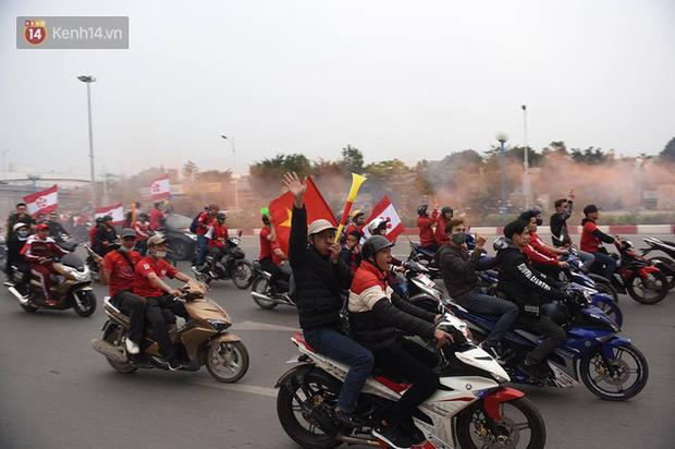 Fan Hải Phòng đốt pháo sáng, nhuộm đỏ đường phố Hà Nội trên đường tiến về sân Hàng Đẫy - Ảnh 8.