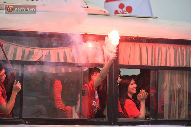 Fan Hải Phòng đốt pháo sáng, nhuộm đỏ đường phố Hà Nội trên đường tiến về sân Hàng Đẫy - Ảnh 11.