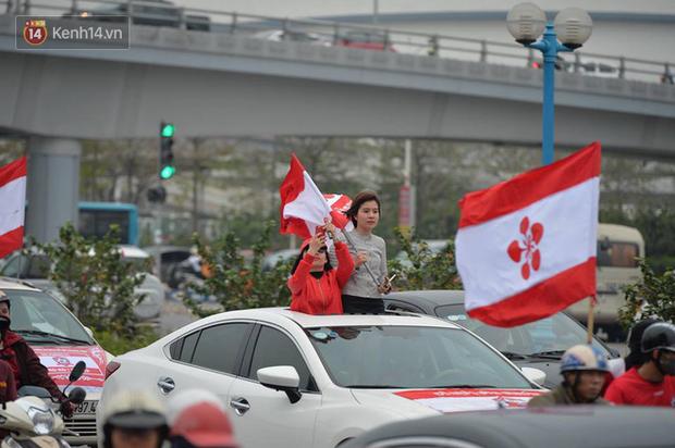 Fan Hải Phòng đốt pháo sáng, nhuộm đỏ đường phố Hà Nội trên đường tiến về sân Hàng Đẫy - Ảnh 9.
