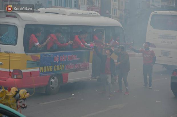 Fan Hải Phòng đốt pháo sáng, nhuộm đỏ đường phố Hà Nội trên đường tiến về sân Hàng Đẫy - Ảnh 12.