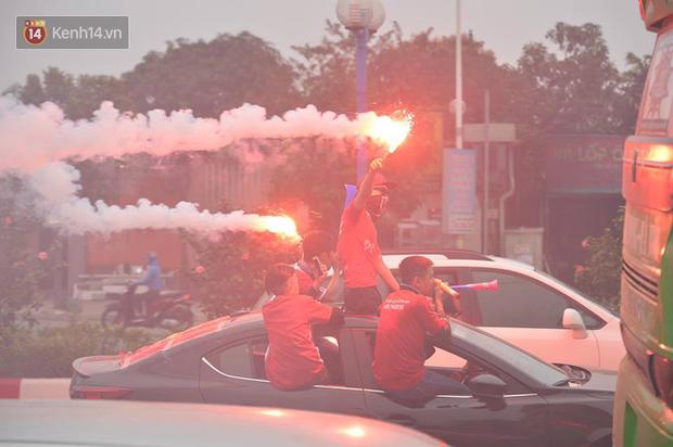Fan Hải Phòng đốt pháo sáng, nhuộm đỏ đường phố Hà Nội trên đường tiến về sân Hàng Đẫy - Ảnh 13.