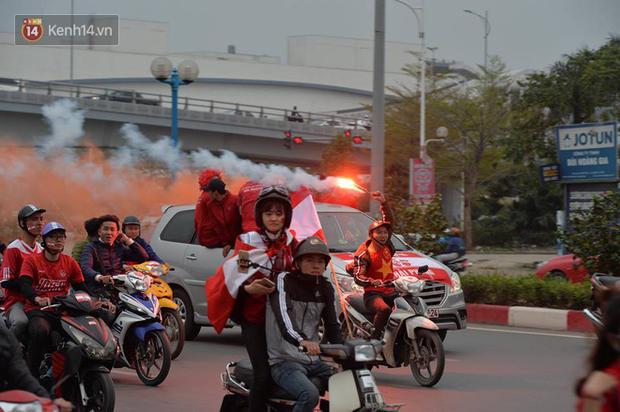 Fan Hải Phòng đốt pháo sáng, nhuộm đỏ đường phố Hà Nội trên đường tiến về sân Hàng Đẫy - Ảnh 5.
