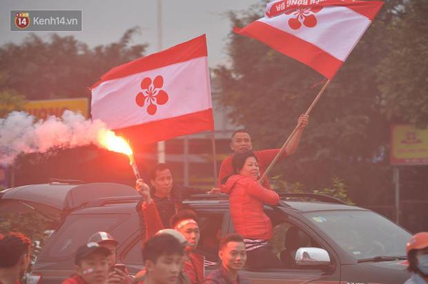 Fan Hải Phòng đốt pháo sáng, nhuộm đỏ đường phố Hà Nội trên đường tiến về sân Hàng Đẫy - Ảnh 6.