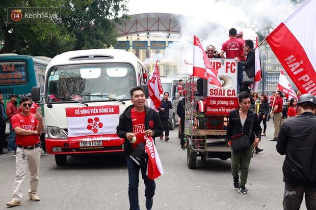 Fan Hải Phòng đốt pháo sáng, nhuộm đỏ đường phố Hà Nội trên đường tiến về sân Hàng Đẫy - Ảnh 2.