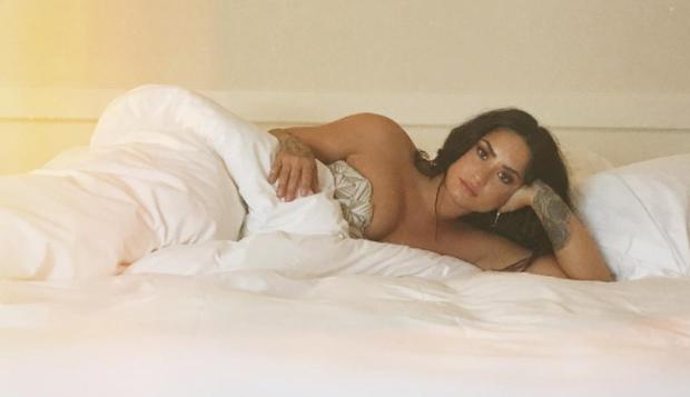 Không chỉ để ngủ, giường còn là thiên đường sống ảo cho các mỹ nhân showbiz khoe body bốc lửa nhất - Ảnh 9.