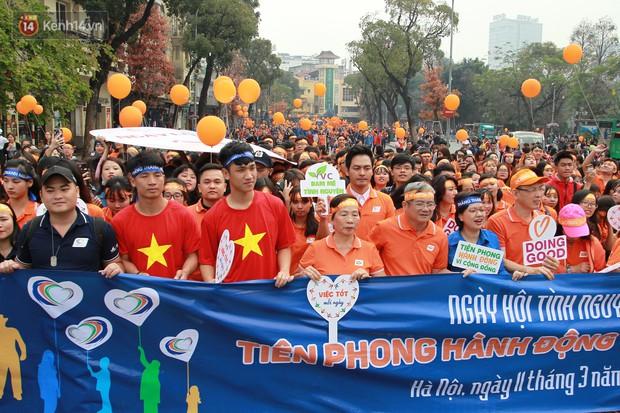 Phố đi bộ Hồ Gươm tắc nghẽn khi Trọng Đại, Tiến Dũng U23 cùng 5000 người dân tham gia ngày hội tình nguyện - Ảnh 4.