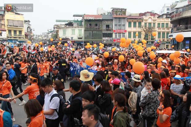 Phố đi bộ Hồ Gươm tắc nghẽn khi Trọng Đại, Tiến Dũng U23 cùng 5000 người dân tham gia ngày hội tình nguyện - Ảnh 9.