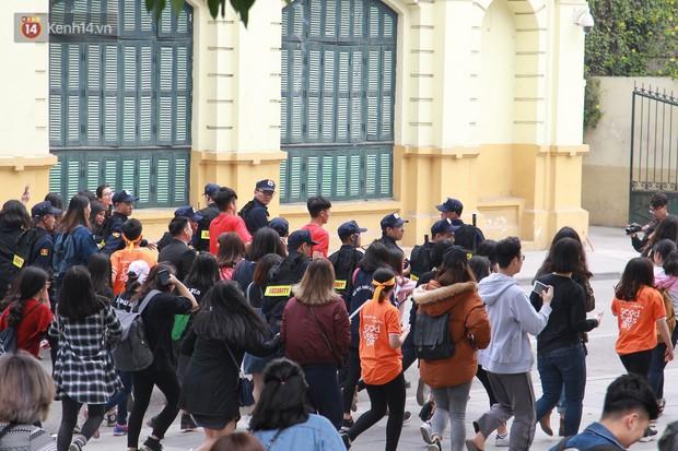 Phố đi bộ Hồ Gươm tắc nghẽn khi Trọng Đại, Tiến Dũng U23 cùng 5000 người dân tham gia ngày hội tình nguyện - Ảnh 10.