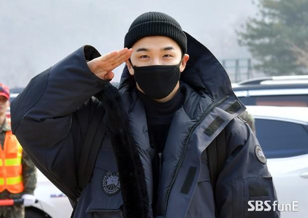 Taeyang nhập ngũ: Từ mặt mộc đến thời trang đều khiến fan mãn nhãn, vợ Min Hyo Rin hứa đến tiễn chồng - Ảnh 5.