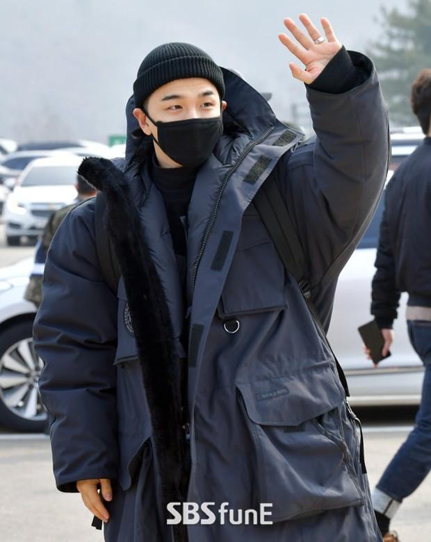 Taeyang nhập ngũ: Từ mặt mộc đến thời trang đều khiến fan mãn nhãn, vợ Min Hyo Rin hứa đến tiễn chồng - Ảnh 3.