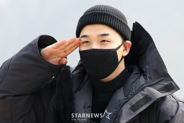 Taeyang nhập ngũ: Từ mặt mộc đến thời trang đều khiến fan mãn nhãn, vợ Min Hyo Rin hứa đến tiễn chồng - Ảnh 7.