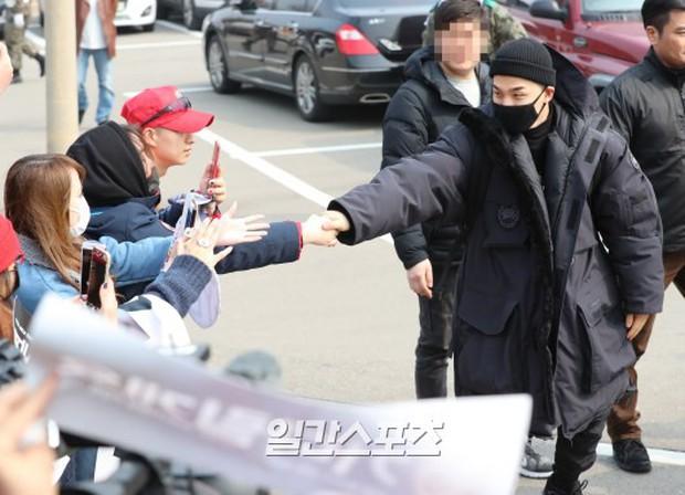 Taeyang nhập ngũ: Từ mặt mộc đến thời trang đều khiến fan mãn nhãn, vợ Min Hyo Rin hứa đến tiễn chồng - Ảnh 11.