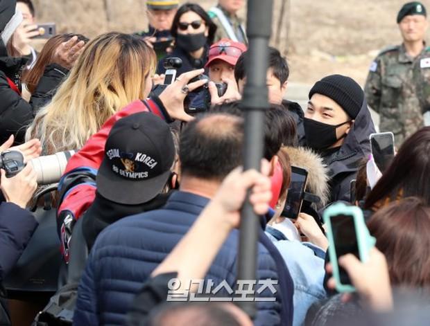 Taeyang nhập ngũ: Từ mặt mộc đến thời trang đều khiến fan mãn nhãn, vợ Min Hyo Rin hứa đến tiễn chồng - Ảnh 12.
