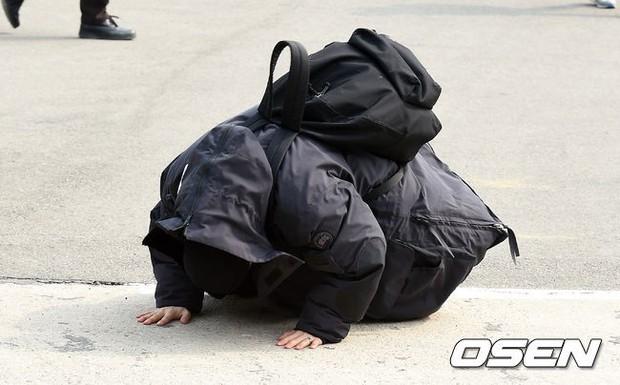 Taeyang nhập ngũ: Từ mặt mộc đến thời trang đều khiến fan mãn nhãn, vợ Min Hyo Rin hứa đến tiễn chồng - Ảnh 9.