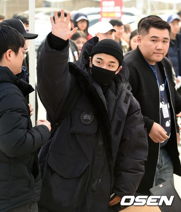 Taeyang nhập ngũ: Từ mặt mộc đến thời trang đều khiến fan mãn nhãn, vợ Min Hyo Rin hứa đến tiễn chồng - Ảnh 4.