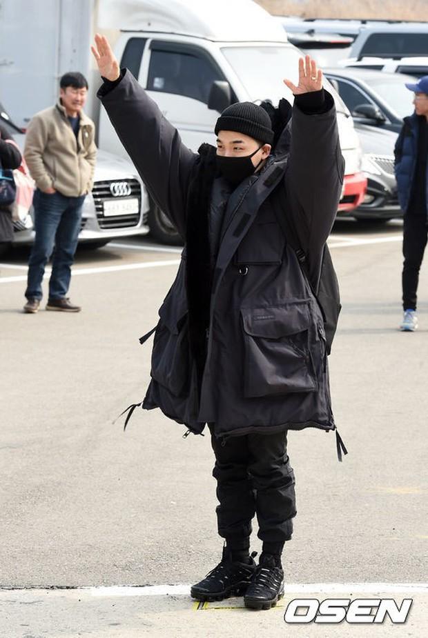 Taeyang nhập ngũ: Từ mặt mộc đến thời trang đều khiến fan mãn nhãn, vợ Min Hyo Rin hứa đến tiễn chồng - Ảnh 2.