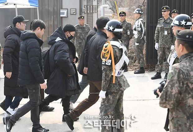 Taeyang nhập ngũ: Từ mặt mộc đến thời trang đều khiến fan mãn nhãn, vợ Min Hyo Rin hứa đến tiễn chồng - Ảnh 10.