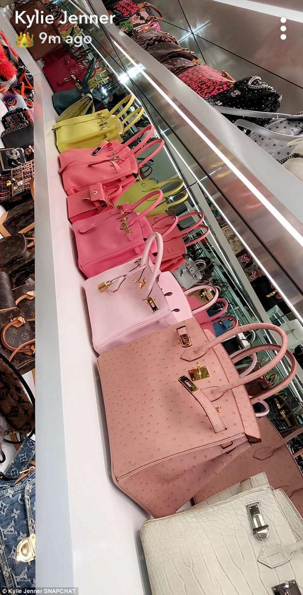 Đẳng cấp giàu có của Kylie Jenner ở tuổi 20: Chỉ bộ sưu tập túi xách đã có giá tới 22 tỷ đồng! - Ảnh 2.