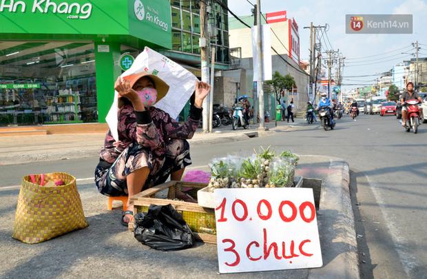 Người lao động Sài Gòn chật vật mưu sinh những ngày nắng nóng đổ lửa - Ảnh 2.