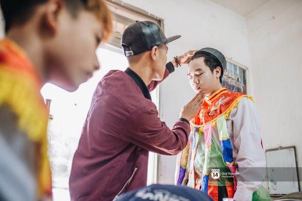 Hai chàng trai 16 tuổi má phấn môi son múa điệu con đĩ đánh bồng: Nỗi sợ bị người đời kỳ thị vì giả gái - Ảnh 9.