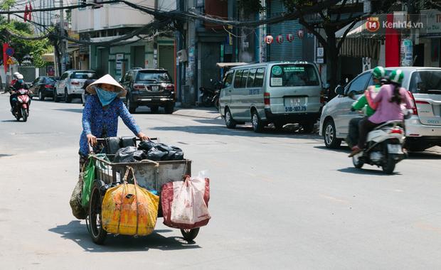 Người lao động Sài Gòn chật vật mưu sinh những ngày nắng nóng đổ lửa - Ảnh 4.