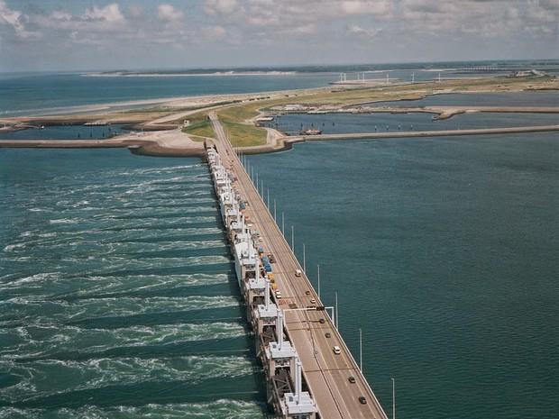 Cây cầu cực dị cực kỳ quái của Hà Lan: Cứ mưa là phải... ngập - Ảnh 1.