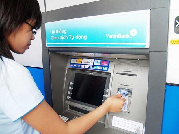 Hoa mắt với rừng phí dịch vụ ngân hàng - Ảnh 2.