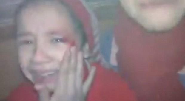 Hãy giúp chúng cháu, lời kêu gọi đầy ám ảnh của 2 bé gái ở nơi tàn khốc nhất thế giới - Ảnh 2.