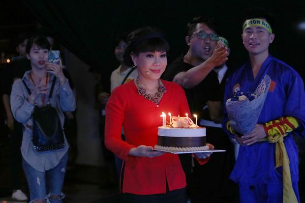Á hậu Hoàng Thùy bất ngờ được Hoài Linh - Việt Hương tổ chức sinh nhật - Ảnh 2.