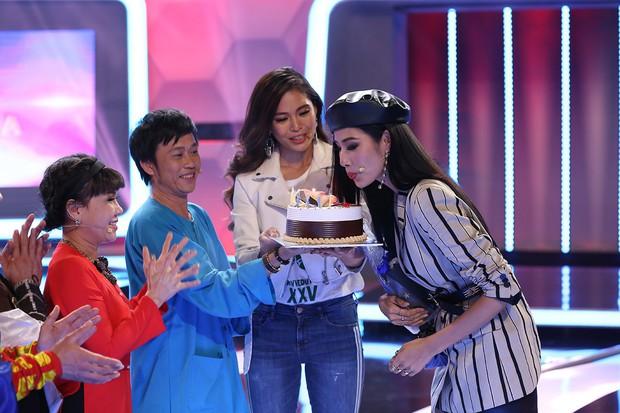 Á hậu Hoàng Thùy bất ngờ được Hoài Linh - Việt Hương tổ chức sinh nhật - Ảnh 5.