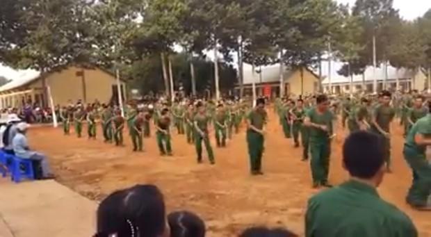 Clip: Hàng trăm chiến sĩ bộ đội xếp hàng nhảy dân vũ cực dễ thương khiến nhiều người thích thú - Ảnh 2.
