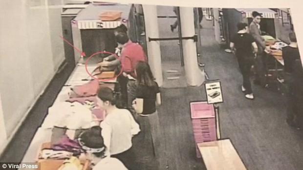 Cận cảnh nhân viên an ninh sân bay trộm tiền trong túi hành lí của khách - Ảnh 2.